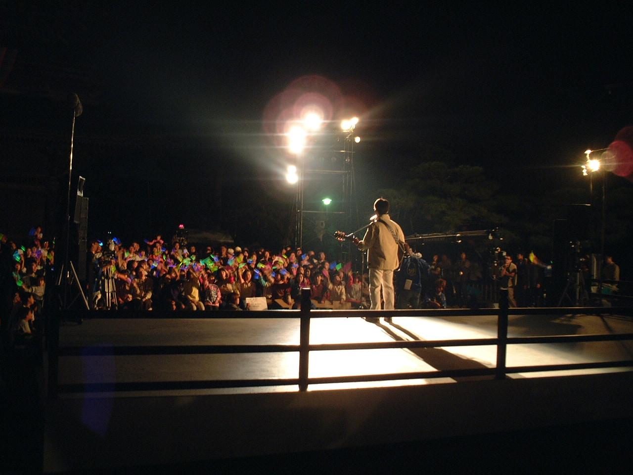 大勢の観客に見守られて歌いました。