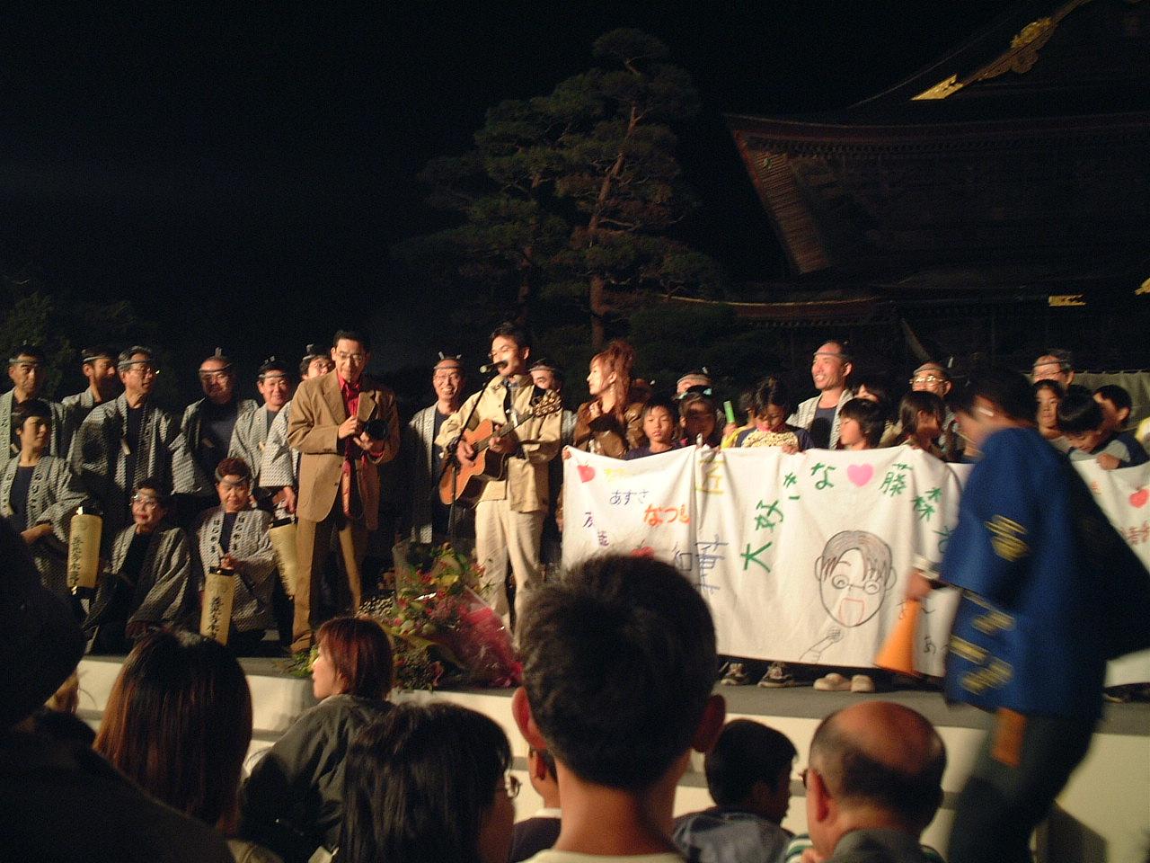 本番の最後には担任していた坂井小4年生の子どもたちが横断幕を持ってステージに。